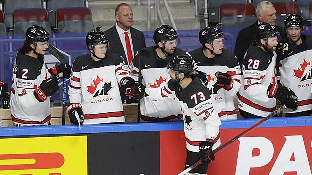 Brandon Pirri se raduje s kanadskımi spoluhráči z vedoucí branky v semifinále hokejového MS.