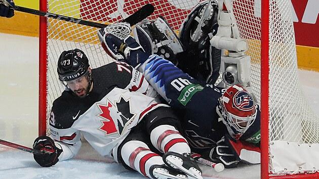 Kanadskı hokejista Brandon Pirri se po vstřelení branky nepříjemně střetl s brankářem USA Calem Petersenem.
