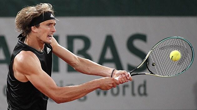 Němec Alexander Zverev hraje bekhend ve třetím kole Roland Garros.