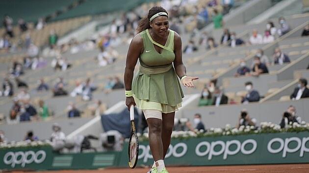 Američanka Serena Williamsová se vzteká ve třetím kole Roland Garros.