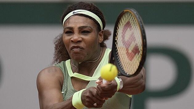 Američanka Serena Williamsová se soustředí na úder ve třetím kole Roland Garros.
