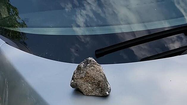 Kámen proletěl čelním sklem a trefil řidiče do obličeje.
