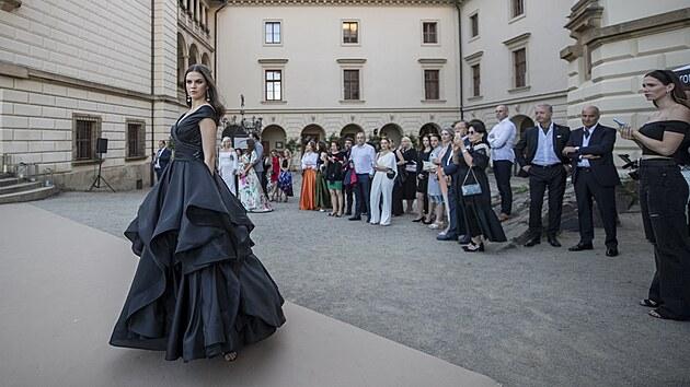 Přehlídka se odehrávala v atraktivních kulisách nádvoří na zámku v Průhonicích.