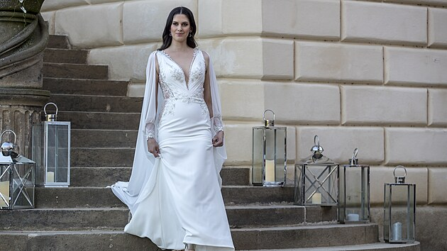 Odvážné i decentní a elegantní svatební šaty s vlečkou z dílny Natali Ruden.