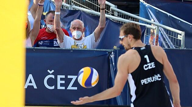 Ondřej Perušič došel v Ostravě do finále pod dohledem svého dědy Borise Perušiče, kterı na olympiádě v Tokiu 1964 získal s československımi volejbalisty stříbro.