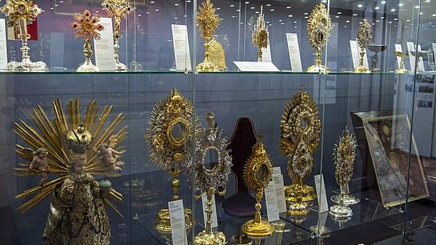 Památkáři otevřeli opravenı horní zámek ve Vimperku. Na snímku jsou relikviáře.