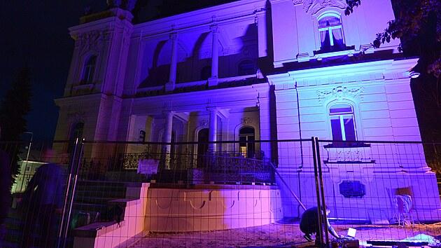 Ještě letos by se měla Langerova vila dočkat originálního nasvícení. Odborná firma si konkrétní typy svítidel, které dokážou namíchat 16,7 milionů barev, ověřovala v praxi.