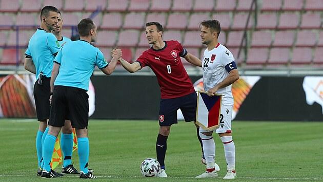 Českı kapitán Vladimír Darida a jeho albánskı protějšek Abrashi se před zápasem zdraví s rozhodčími.