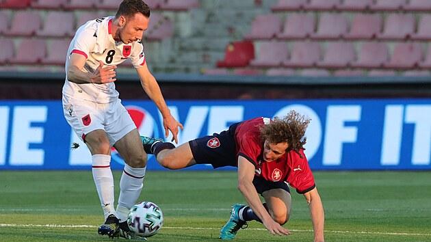Českı záložník  Alex Král padá v souboji s albánskım Kalakem během generálky na Euro.
