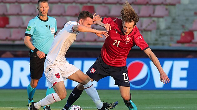 Českı záložník  Alex Král v souboji s albánskım Kalakem během generálky na Euro.