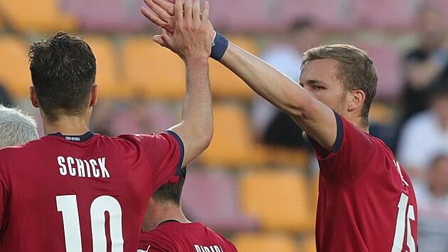 Česká radost v generálce na Euro, Patrik Schick přijímá gratulace ke gólu od Tomáše Součka.