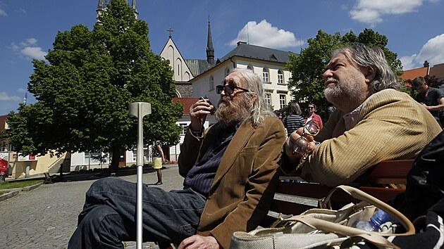 Slavnostního odhalení se v pátek zúčastnil Vratislav Brabenec, hudebník, literát, saxofonista hudební skupiny The Plastic People of the Universe a blízkı Jirousův přítel.