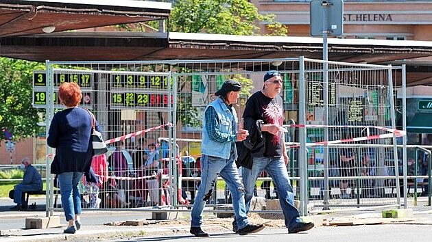 Začala rekonstrukce centrálního dopravního uzlu karlovarské městské hromadné dopravy u Tržnice. (14. června 2021)
