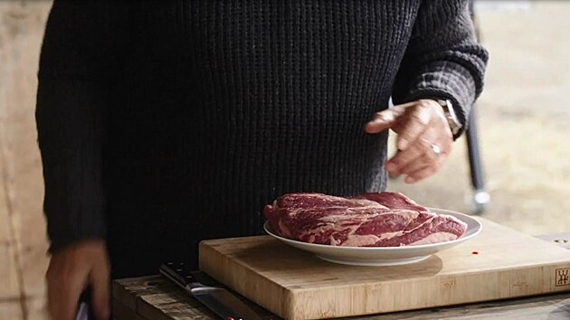 Hovězí hrudí patří mezi přední hovězí masa, je mírně prorostlé, proto při dlouhém pečení není suché.