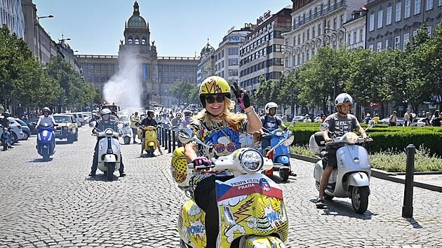 Přes dvě stě skútrů Vespa se vydalo na jízdu Prahou. (19. června 2021)