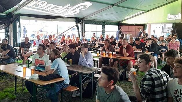 Lidé sledují zápas fotbalového Eura v Hostivickém statku v Hostivici. (červen 2021)