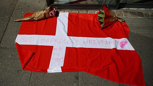 Květiny, vzkazy i dánská vlajka se sešly před nemocnicí v Kodani, ve které teď zůstává Christian Eriksen.