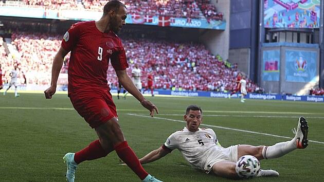 Dán Martin Braithwaite se snaží propasírovat míč přes Belgičana Jana Vertonghena.