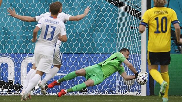 Slovenskı gólman Martin Dúbravka likviduje první švédskou střelu v zápase Eura.