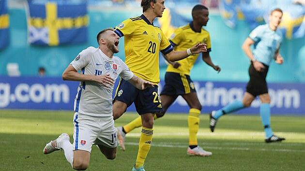Slovenskı stoper Milan Škriniar po souboji se Švédem Kristofferem Olssonem.