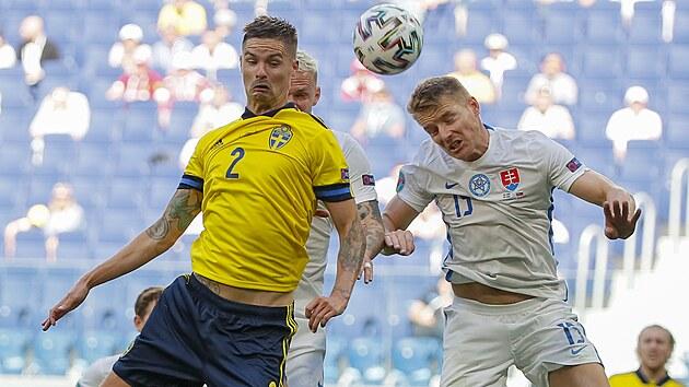 Švédskı Mikael Lustig v hlavičkovém souboji se Slovákem Tomášem Hubočanem na Euru.