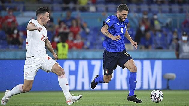 Domenico Berardi z Itálie utíká s míčem v zápase proti Švıcarsku.