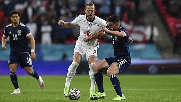 Anglickı kapitán Harry Kane (v bílém) se snaží vyhnout Johnu McGinnovi ze Skotska.
