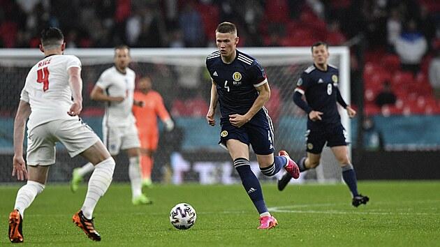 Scott McTominay ze Skotska vede míč v utkání s Anglií.