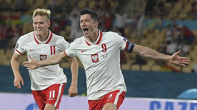 Robert Lewandowski (Polsko) se raduje z vyrovnávací branky v utkání proti Španělsku.