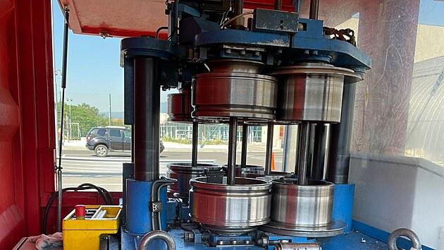 Pohled do útrob speciálního ohıbacího stroje.