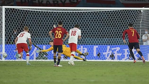 Španělskı útočník Alvaro Morata střílí z pokutového kopu v utkání proti Polsku do tyče.