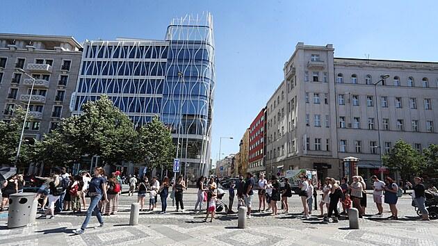 Primark v Praze otevřel, fronta se táhne až od sochy sv. Václava. (17. června 2021)