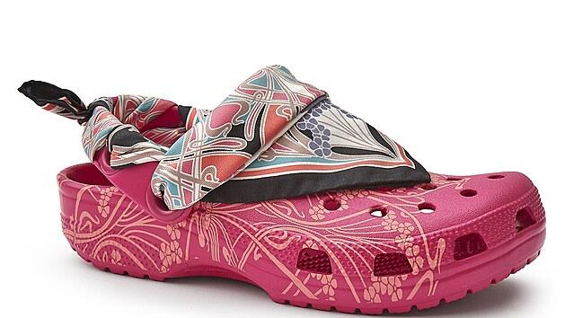 Na jaře 2020 spolupracovala firma Crocs s módním domem Liberty London, vısledkem byly gumové boty s hedvábnım šátkem. (15 března 2020)