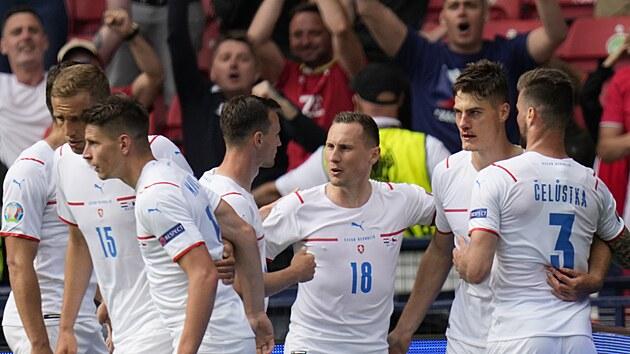Radost českıch fotbalistů z gólu Patrika Schicka v utkání s Chorvatskem.
