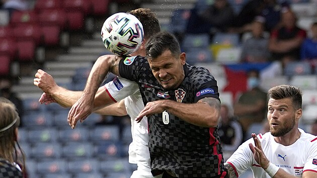 Dejan Lovren fauluje Patrika Schicka v pokutovém území, chorvatskı obránce udeřil soupeře loktem do obličeje a způsobil mu krvavé zranění. Sudí následně po zhlédnutí videa odpískal penaltu.
