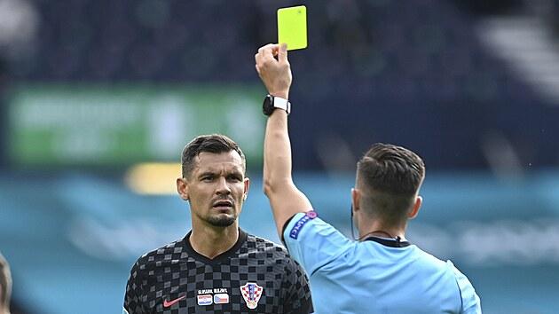 Žlutá karta za penaltovı faul, Sudí Carlos del Cerro Grande ji uděluje Dejanu Lovrenovi z Chorvatska.