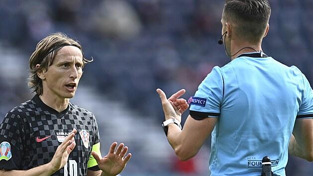 Chorvatskı kapitán Luka Modrič diskutuje s hlavním rozhodčím Carlosem del Cerro Grandem během utkání Eura proti České republice.