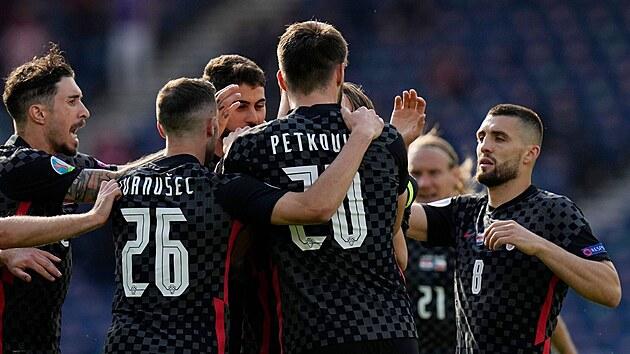 Chorvatští fotbalisté oslavují gól v duelu proti Česku.