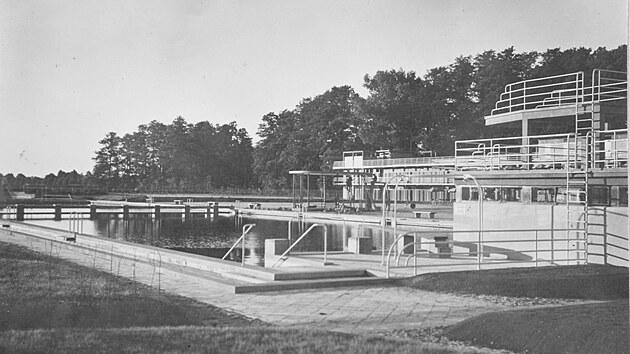Pohled k hlavnímu bazénu v době otevření opavského koupaliště, tedy před devadesáti lety.