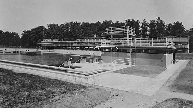Pohled od bazénu k správní budově