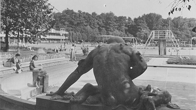 Pohled se sochou vodníka, která tvoří neoficiální symbol plovárny.