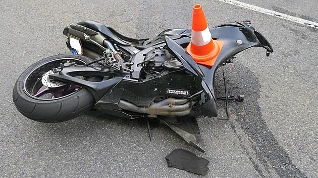 Motorkář nejdřív narazil do svodidel a pak do fabie, která jela v protisměru.