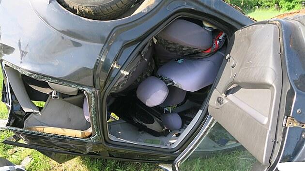 Nákladní vůz narazil zezadu do osobního auta, které odbočovalo na vedlejší silnici. Ford Focus skončil na střeše.