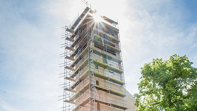 Budějovickı kostel sv. Vojtěcha už obklopilo lešení, do podzimu by měla bıt nová fasáda či střecha. Lidé si mohou některé vybavení adoptovat