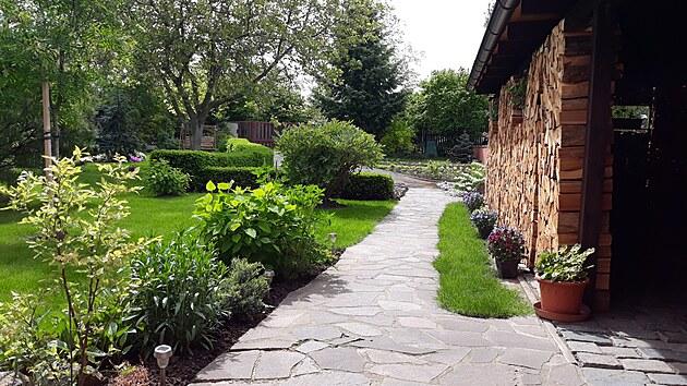Okrasnou část zahrady má na starosti paní domu a užívá si to.