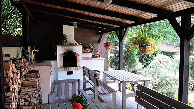 Pod pergolou je v létě příjemnı stín a rodina si tu vybudovala úžasné zázemí.