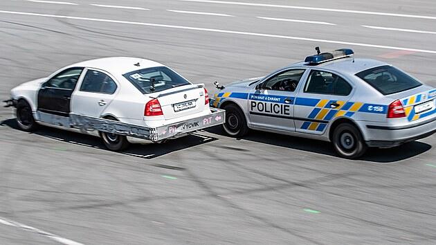 Policisté předvádějí na hradeckém letišti zastavení ujíždějícího řidiče pomocí ocelového rámu na autě. (18. 6. 2021)