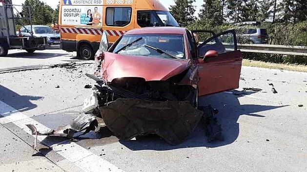 Vlivem poškození komunikace zvlněním na D35 u obce Daskabát došlo k nehodě nákladního vozidla a čtyř osobních vozidel, celkově v péči záchranářů skončilo 10 lidí. (19. června 2021)