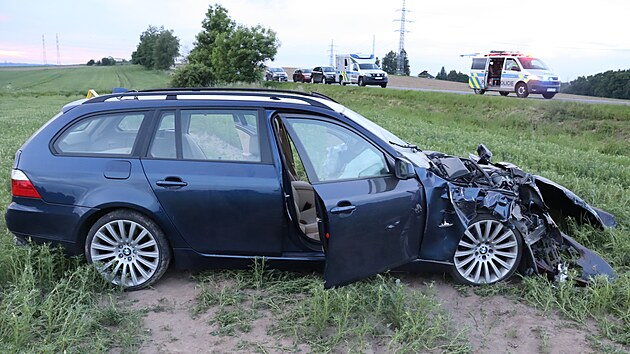 Při úterní tragické nehodě u Svatého Kříže narazil mladı řidič BMW zezadu do menší toyoty. Že zřejmě nejel předpisovıch 70 kilometrů v hodině, dávají tušit snímky jeho poničeného vozu, kterı po nárazu zůstal daleko v poli.