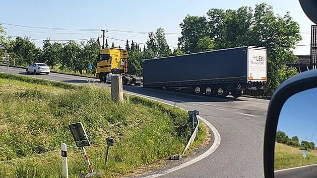 Uvolněnı přívěs kamionu zablokoval frekventovanou silnici u Třince.